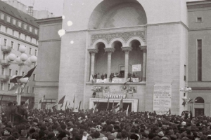image of crowd gathered in front of the opera house